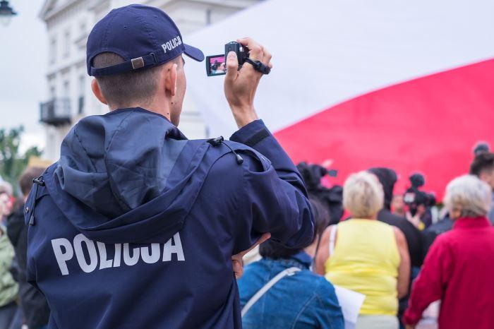 Policja Poznań: Poznań - Ukrył sie w tapczanie i hodował nielegalne konopie