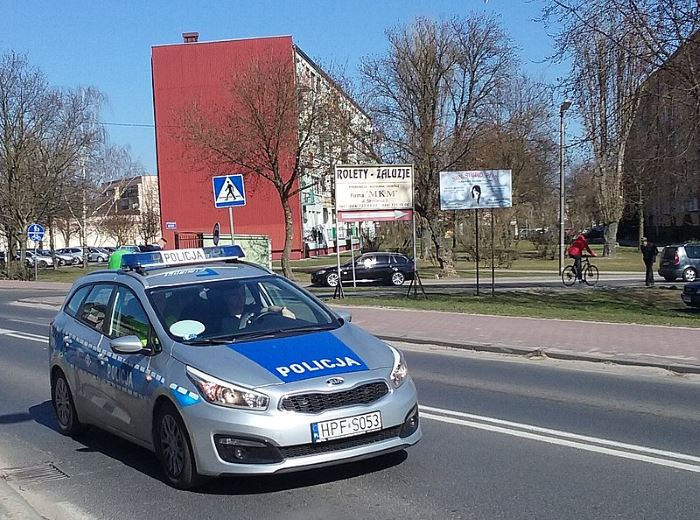 Policja Poznań: Policjanci WRD KMP w Poznaniu na rowerach patrolują ulice.